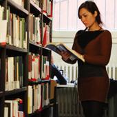 Studentessa Unibo in biblioteca