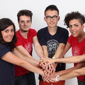 Studenti che si danno la mano