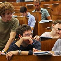 Studenti in aula per prova di ammissione